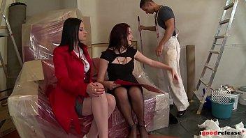 Опытный парень натягивает блондинку спущенных трусах у входа в комнатку