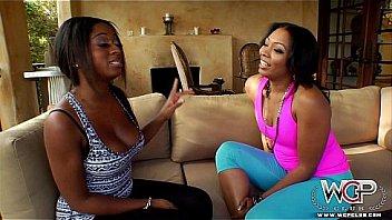 Лесбиянки во дворе коттеджа развлекаются поревом при помощи огурца