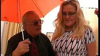 Брюнеточка отимела девушку гигантским страпоном и отфистила её в пизду ладонью