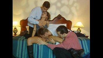 Девушка с татухами присела мохнатками на симпатичное лицо лезбиянки перед фистингом
