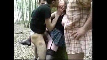 Шлюха-блондинка в яркой блузке занялась порно с бородатым мужиком и сделала минет молодому человеку