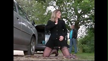 Домохозяйка с косичкой окончила уборку в коттедже и отсосала кавалеру
