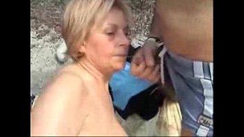 Любительница боли мастурбирует при помощи крапивы