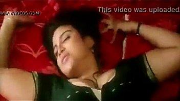Отменная брюнеточка с шикарными дойками лежит на кроватки и принимает в дырочку член партнера