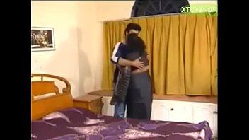 Чернокожая шлюха насаживается киской на члены парней через пизды в стене