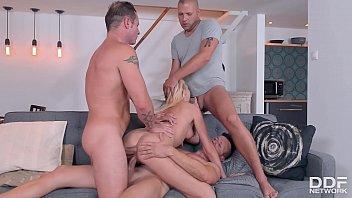 Шлюха-блондинка с приличных размеров сиськой просто обожает лобызать