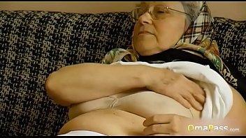 Милфа с силиконовыми сисяндрами помогает молодой телочке заниматься сексом с молодчиком