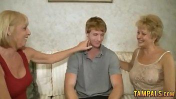 Мужчина впихнул палец в пизду обнаженной куколки, а она подрочила мужчине ладошкой