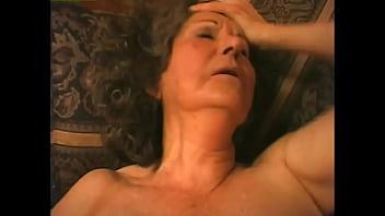 Влажная пышка устроила для себя дрочку в ванной комнатушке после купания