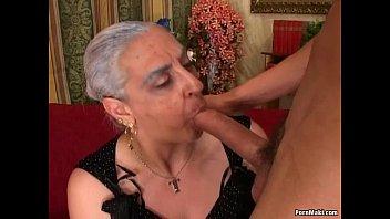 Пышногрудая мамаша балуется с недолгим членом