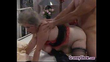 Девчоночка расставляет ноги и ласкает хуезаменителем заросшую лобковыми волосами вагину