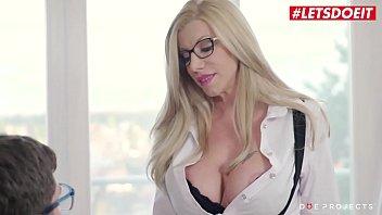 Блонда в латексных перчатках принимает в вагину огромный фаллос