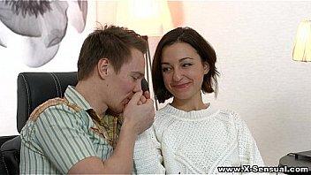 Брюнетка советует юный паре как точно ебаться в попу