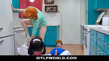 Тетка онанирует не бритую шмоньку с длинным клитором