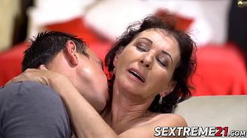 Молодая 18-ти летняя девчушка показывает толстый талант в сексе с парнем