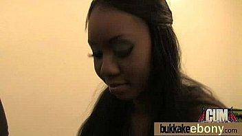 Девчушка меряет нижнее белье на скрытую камеру