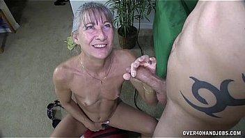 Медсестричка ощупывает огромные сисяндры пациентки в серой майке