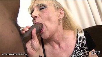 Лысый пасынок жестко вдул толстой мамке в пышножопую анус до кремпая