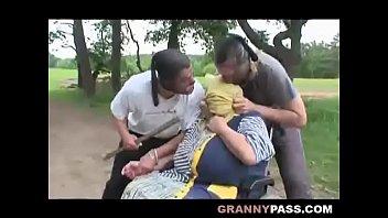 Молодчик порет молодую блонду в обе мохнатки вскоре после оральных нежностей