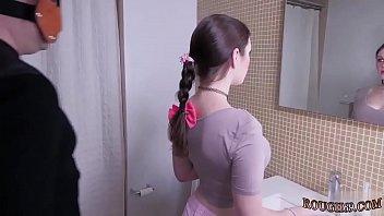 Жирная не молодая девчонка, взобралась в ванную к молодому парню