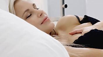 Шикарный секс с блондинкой в темных нейлоне
