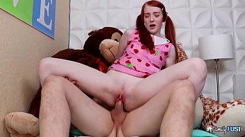 Два самца выполняют девчушке вагинальный фистинг