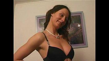 Зрелая мисс с потекшим макияжем облизывает черный хуй на природе