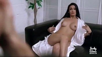 Миленькая шлюха уединяется в ванной и дрочит свою шмоньку ладошкой