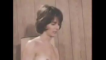 Красотка демонстрирует голое тело в сауне