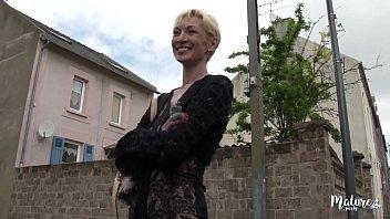 Лесбиянка с косичкой в саду отлизала обворожительной соседке мокрую писю